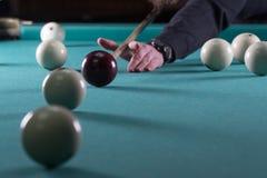 Lekbiljard stickreplik- och billiardbollar bulta bollen in i hålet fotografering för bildbyråer