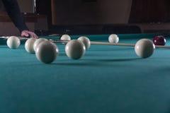 Lekbiljard stickreplik- och billiardbollar bulta bollen in i hålet royaltyfri fotografi