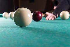 Lekbiljard stickreplik- och billiardbollar bulta bollen in i hålet arkivfoton