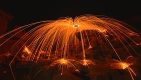 Lekbrandshower på natten Royaltyfri Bild