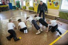 Lekcja fizyczna edukacja dzieci podstawowi stopnie wewnątrz Zdjęcia Royalty Free