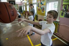 Lekcja fizyczna edukacja dzieci podstawowi stopnie wewnątrz Obraz Royalty Free