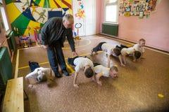 Lekcja fizyczna edukacja dzieci podstawowi stopnie wewnątrz Obrazy Royalty Free