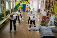Lekcja fizyczna edukacja dzieci podstawowi stopnie wewnątrz Zdjęcie Stock