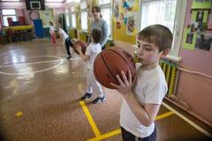 Lekcja fizyczna edukacja dzieci podstawowi stopnie wewnątrz Fotografia Stock