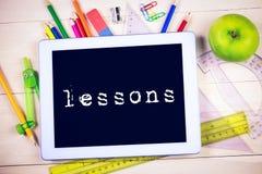 Lekcje przeciw ucznia stołowi z szkolnymi dostawami zdjęcie royalty free