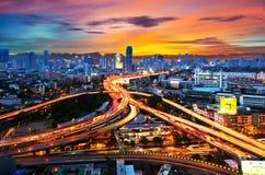 Lekcy pojazdy wtykali na autostradzie przy nocą w Bangkok, Thailan Zdjęcia Royalty Free
