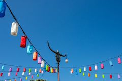 Lekcy słupy i lampa na jaskrawym niebieskim niebie z kolorowym papierem zdjęcie royalty free