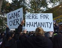 Leken över, här för mänsklighet, Anti--trumf samlar, Washington Square Park, NYC, NY, USA Royaltyfria Bilder