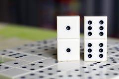 Leken av domino, utvecklingen av logik för barn och vuxna människor Fotografering för Bildbyråer