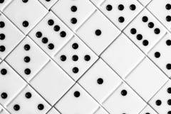 Leken av domino, utvecklingen av logik för barn och vuxna människor Royaltyfri Bild