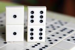 Leken av domino, utvecklingen av logik för barn och vuxna människor Royaltyfri Foto