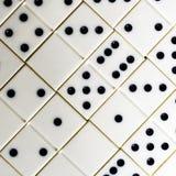 Leken av domino, utvecklingen av logik för barn och vuxna människor Arkivfoton