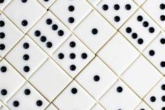 Leken av domino, utvecklingen av logik för barn och vuxna människor Arkivfoto