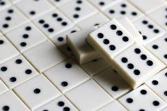 Leken av domino, utvecklingen av logik för barn och vuxna människor Royaltyfria Foton