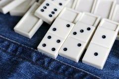 Leken av domino, utvecklingen av logik för barn och vuxna människor Royaltyfria Bilder