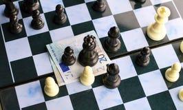 Leken av schack och den europeiska valutan Royaltyfri Foto