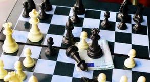 Leken av schack och den europeiska valutan Royaltyfri Bild
