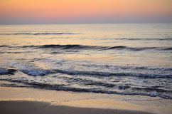 Leken av vågor på morgon Royaltyfri Bild