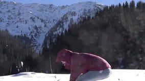 leken kastar snöboll stock video
