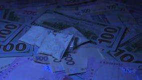 Leki wszędzie i gotówkowy pieniądze na stole Zbliżenie strzał Pozafioletowy światło zdjęcie wideo