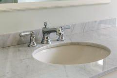 Lekka łazienka z marmurowym odpierającym wierzchołkiem zdjęcie stock