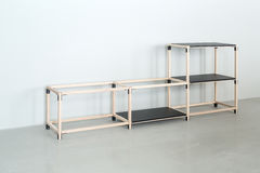 Lekka drewniana konstrukcja z czarnymi tabletops obraz stock