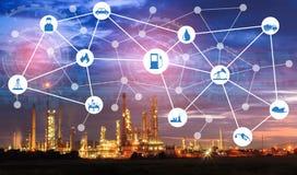 Lekka rafineria ropy naftowej przy zmierzchem z fizycznego systemu ikon diagra Obrazy Stock