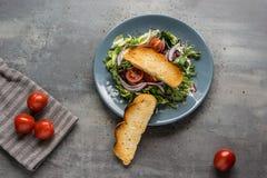 Lekka sałatka z trzy rodzajami sałatki, świezi pomidory, oliwa z oliwek i ciasta, balsamic i piec obraz royalty free