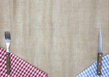 Lekka tkanina wzdłuż krawędzi stół, rozwidlenie i nóż, Tło tworzyć menu tawerna Fotografia Stock