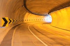 Lekka tunelu i wskazywać wewnątrz krzywa Obrazy Royalty Free