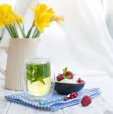 Lekki śniadanie w domu, bukiet świeża wiosna kwitnie w Kushina Szkło herbata z mennicą i pucharem chałupa ser Zdjęcia Royalty Free