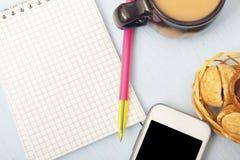 Lekki biznesmena śniadanie przy pracą Pusty notepad dla notatek na drewnianym biurku pojęcia prowadzenia domu posiadanie klucza z Zdjęcie Stock