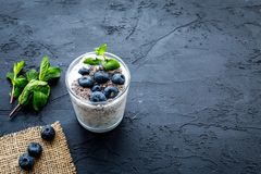 Lekki deser z ziarnami, jogurtem, czarną jagodą i mennicą chia, Czarny tła copyspace Zdjęcia Stock