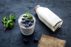 Lekki deser z ziarnami, jogurtem, czarną jagodą i mennicą chia, Czarny tło Obrazy Stock