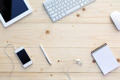 Lekki drewniany tło i nowożytne Biznesowe rzeczy na biurku obraz royalty free