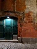 Lekki drzwi przy starym budynkiem w Rzym przy nocą fotografia stock