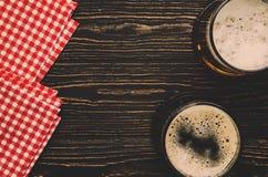 Lekki i ciemny niemiecki piwo w zdjęcie stock