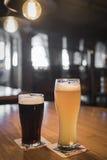 Lekki i ciemny piwo w szkle Obrazy Royalty Free