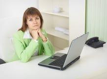 lekki laptopu biuro siedzi stołowej kobiety Zdjęcie Royalty Free