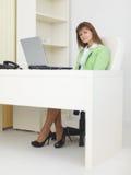 lekki laptopu biuro siedzi stołowej kobiety Fotografia Stock