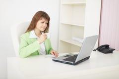 lekki laptopu biuro siedzi stołowej kobiety Zdjęcia Royalty Free