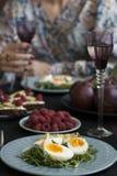 Lekki lato gość restauracji dla dwa: gotowani jajka z arugula i avoc zdjęcie stock