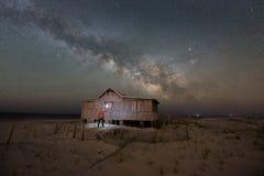 Lekki obraz Sądzi chałupę pod Milky sposobu galaktyką Zdjęcie Stock