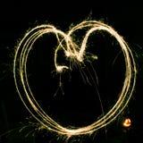 Lekki obraz z sparklers - serce w jaskrawym colour zdjęcia stock