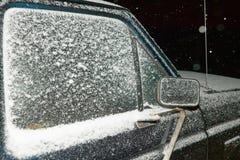 Lekki okurzanie zima śnieg na samochodzie obraz royalty free