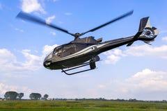Lekki oszczędnościowy helikopter podczas lota zdjęcie stock