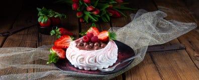 Lekki pavlova z świeżymi owoc i czekoladą fotografia stock