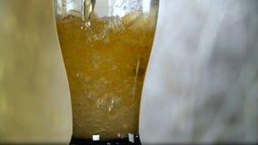 Lekki piwo nalewa w szkło na szarym tle zbiory wideo