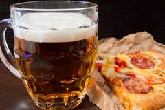 Lekki piwo w szklanej i fragrant Włoskiej pizzy Zdjęcia Stock